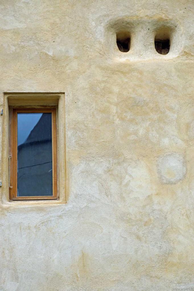 La fenêtre de la salle de bain, les deux trous au-dessus servant d'entrée pour la ruche.